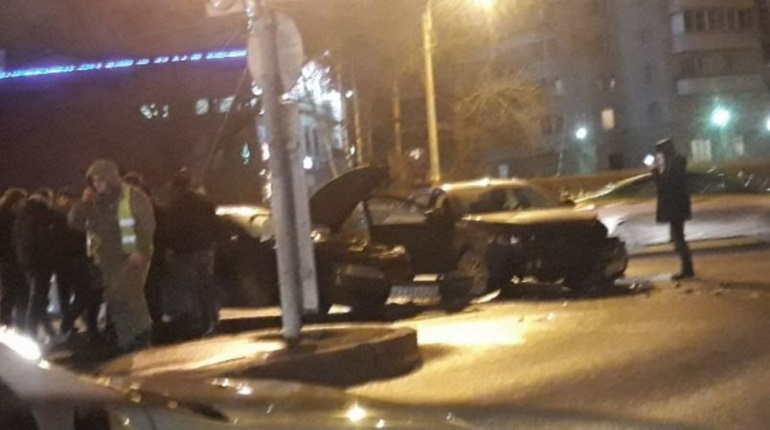 В ночь с 6 на 7 декабря на пересечении Кубинской и Краснопутиловской произошла серьезная авария.  На снимках, которые предоставил очевидец, видно, что по асфальту разбросаны фрагменты поврежденных машин.