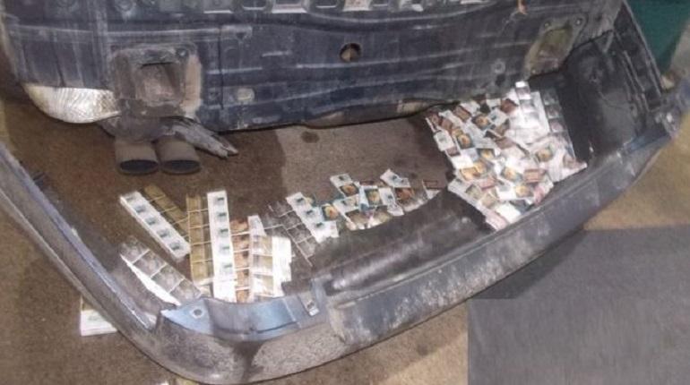 Машину, в которой находилось почти 3 тысячи пачек сигарет марки