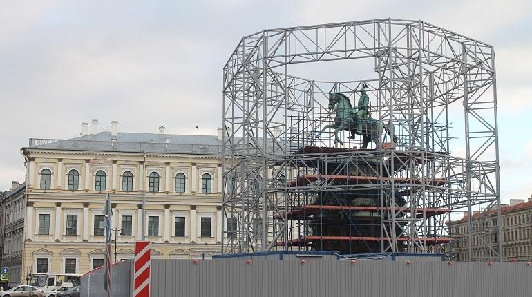В Петербурге завершается установка силовых лесов вокруг памятника Николаю I на Исаакиевской площади. Об этом сообщает комитет по государственному контролю, использованию и охране памятников истории и культуры.