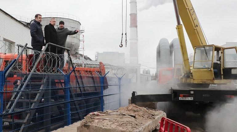 Врио губернатор Петербурга Александр Беглов провел рабочий объезд в Василеостровском районе. Он решил проверить состояние тепловой сети, где в четверг, 6 декабря, без отопления остались 1238 зданий.