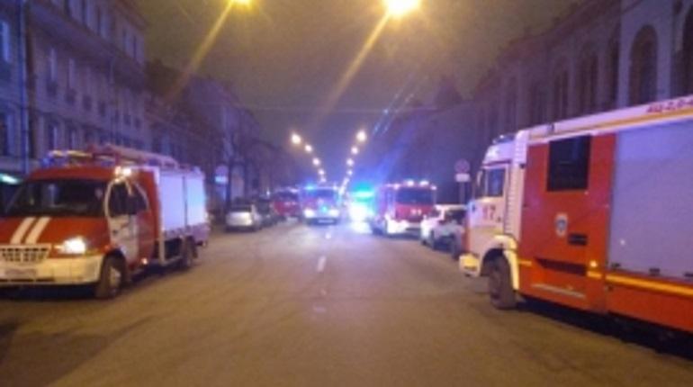 В Петербурге спасатели полночи тушили пожар в Центральном районе Петербурга, где загорелась трехкомнатная квартира. Пожару был присвоен повышенный ранг сложности.