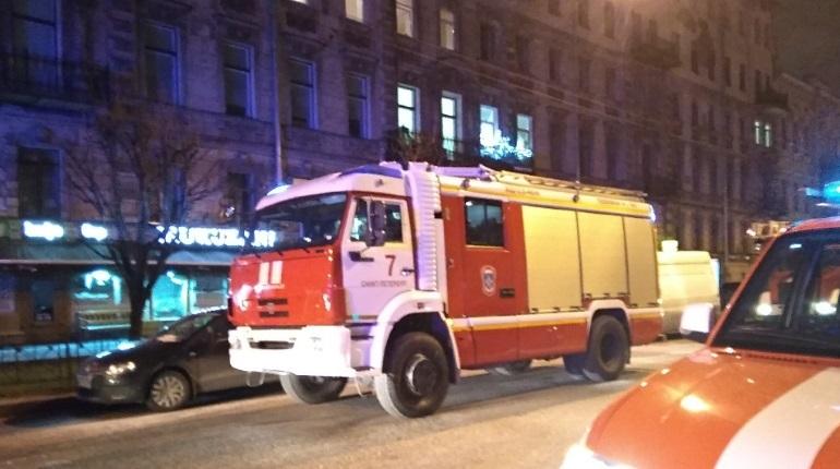 Петербуржцы рассказали подробности пожара в центре Северной столицы, где огонь охватил коммунальную квартиру на улице Чайковского. Пожар застал местных жителей ночью, многие из них спешно покидали дом, не успев тепло одеться.