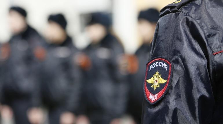 В Петербурге ищут злоумышленников, которые представлялись сотрудниками полиции и вымогали деньги у горожан. Заработать они успели минимум 100 тысяч рублей.