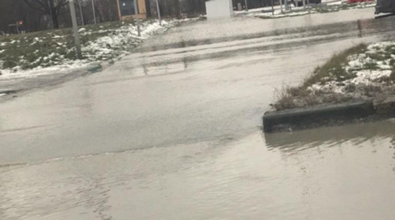 В Петербурге залило улицу на севере Петербурга – в Калининском районе прорывало трубу с холодной водой.