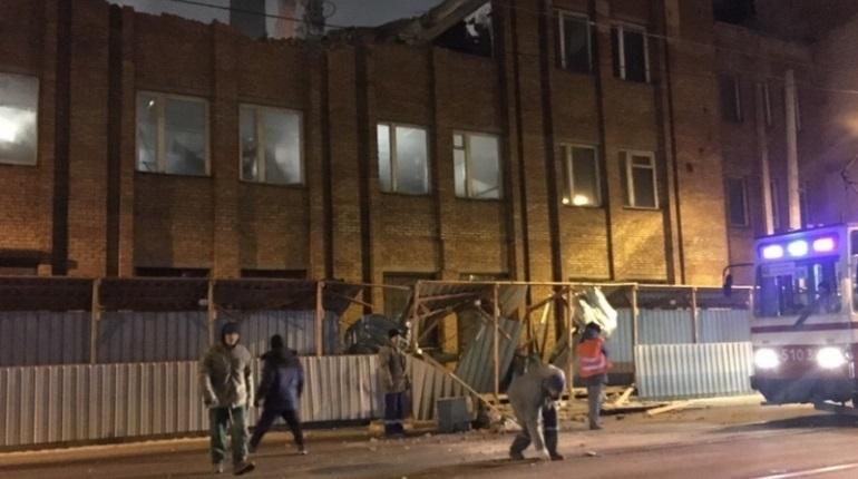 В Выборгском районе Петербурга снос здания едва не закончился трагедией – целый кусок стены упал прямо на пешеходный проход.
