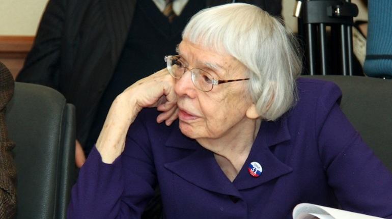 В Москве правозащитница Людмила Алексеева скончалась в возрасте 91 года. За свою жизнь она написала более 100 работ по вопросам прав человека.
