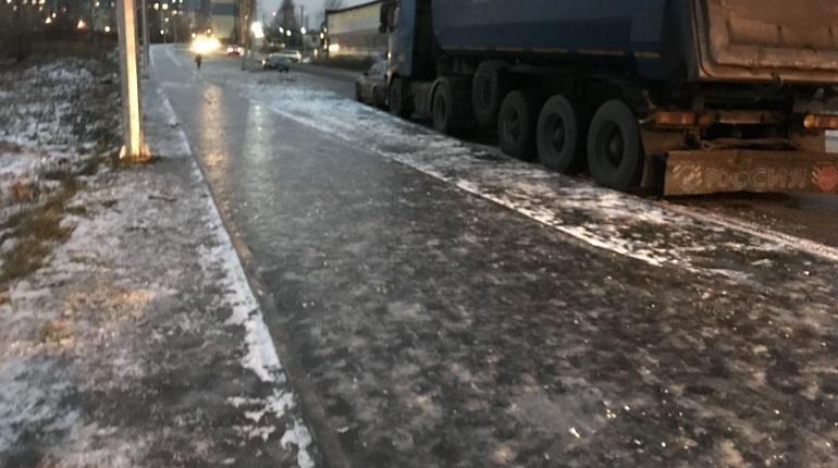 Во Всеволожском районе Ленинградской области местные жители оказались в ледовом плену. Травмоопасный каток распростерся на улицах поселка Бугры.