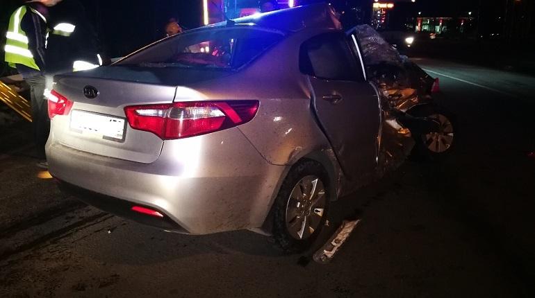 В Невском районе Петербурга произошло серьезное дорожно-транспортное происшествие. Водителя легкового автомобиля пришлось вытаскивать из искореженной машины. Об этом сообщают свидетели происшествия в социальной сети