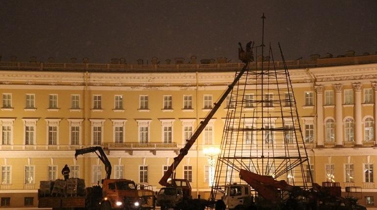 В центре Петербурге в преддверии праздников начали установку елки. Об этом сообщает корреспондент