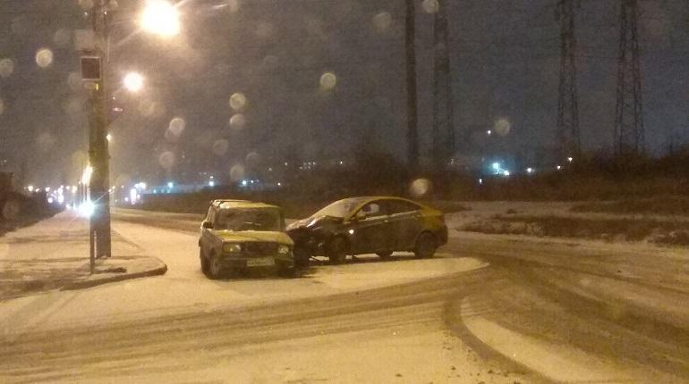 В Невском районе Петербурга произошло дорожно-транспортное происшествие с участием каршерингового автомобиля. Об этом сообщают свидетели аварии в социальной сети