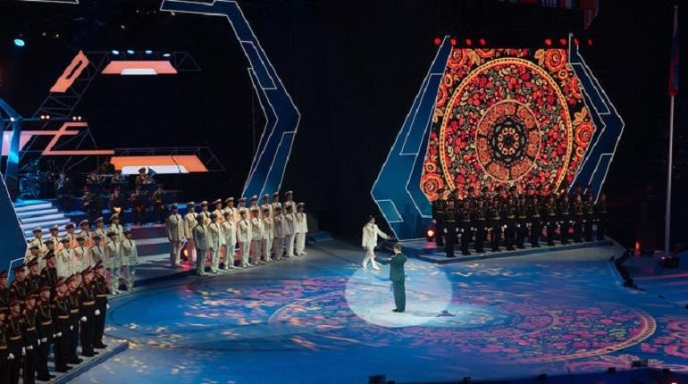 В Польше двое неизвестных прорвались на сцену во время концерта Ансамбля имени Александрова. Они развернули антироссийские баннеры.