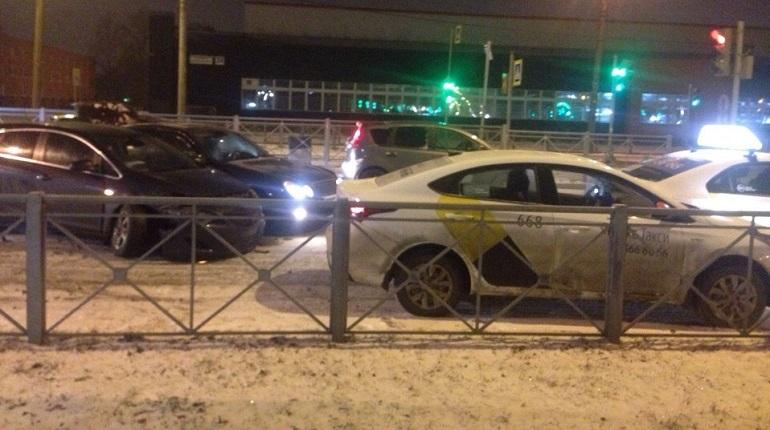 В Невском районе Петербурга произошло дорожно-транспортное происшествие с участием четырех автомобилей. Об этом сообщают свидетели аварии в социальной сети