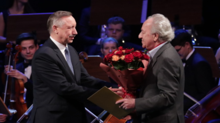 Беглов вручил дирижеру Юрию Темирканову знак отличия