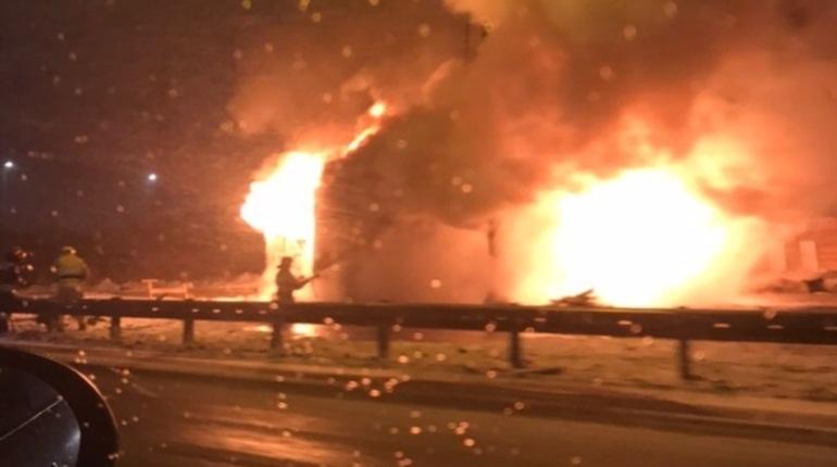 Очевидцы сообщают о пожаре на Мурманском шоссе в Ленинградской области. По их словам, загорелся бывший пост ДПС на выезде из Петербурга.