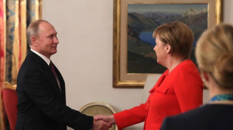 Российский лидер Владимир Путин провел телефонный разговор с канцлером ФРГ Ангелой Меркель. Политики обсудили инцидент в акватории Черного моря, связанный с нарушением украинскими военными кораблями границы РФ.