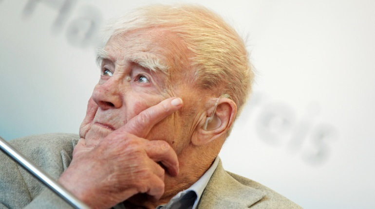 В Санкт-Петербурге, а именно в Президентской библиотеке открылась выставка к юбилею известного писателя, почетного петербуржца, ветерана Великой Отечественной войны Дании Гранина. 1 января ему исполнилось бы сто лет.