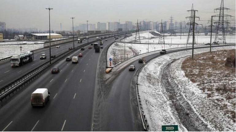 На ночь с 13 на 14 декабря в Петербурге перекроют два съезда с кольцевой автомобильной дороги (КАД). На этом участке специалисты проведут восстановление технических средств организации дорожного движения.