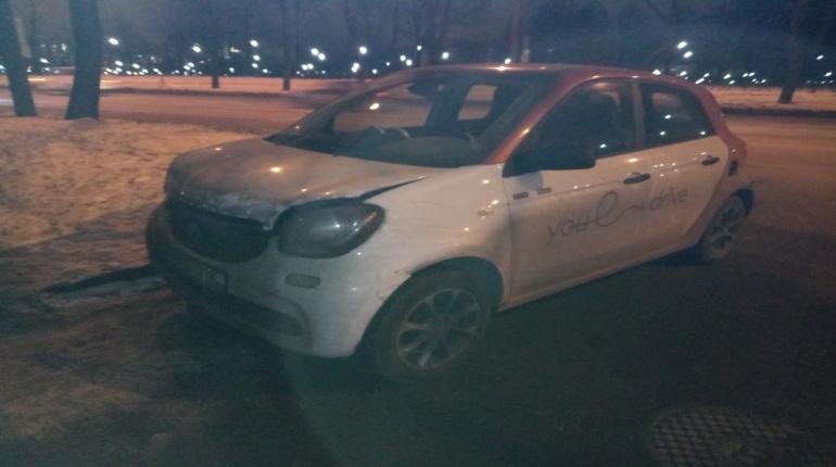 Сладкая парочка бросила каршеринговое авто после аварии на Металлистов