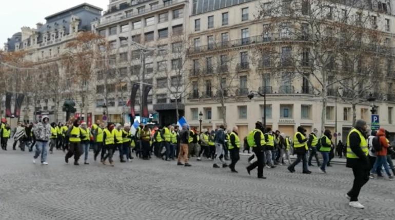 Франция готовится к очередному массовому шествию в субботу, 15 декабря. На улицы Парижа и его пригородов вышли тысячи «желтых жилетов», власти вывели на улицы восемь тысяч полицейских.