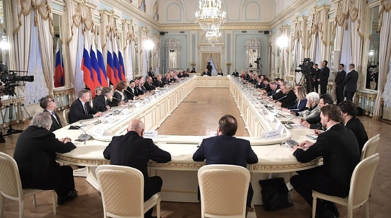 Президент РФ Владимир Путин в субботу, 15 декабря, приехал в Петербург и провел в Константиновском дворце заседание Совета по культуре и искусству. Оно было посвящено национальной программе