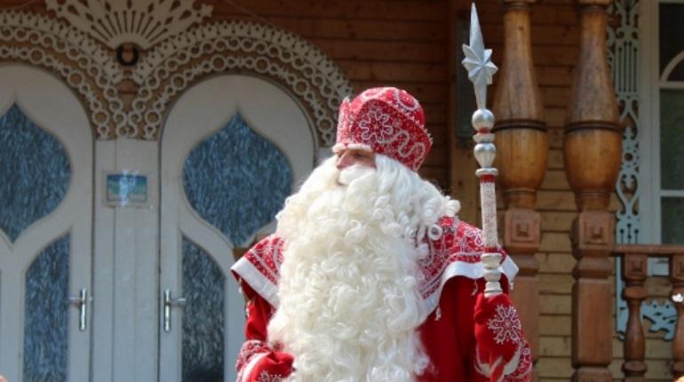 Хоккейных фанатов, которые станут свидетелями уникального матча на футбольном стадионе в Петербурге, с наступающим Новым годом поздравит Дед Мороз из Великого Устюга.