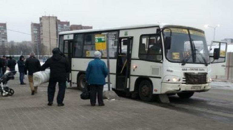 У «Ашана» маршрутка въехала в столбы остановки: есть пострадавший
