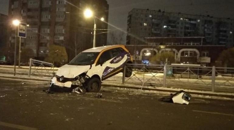 На Энгельса каршеринговое авто неординарно припарковалось на ограждении