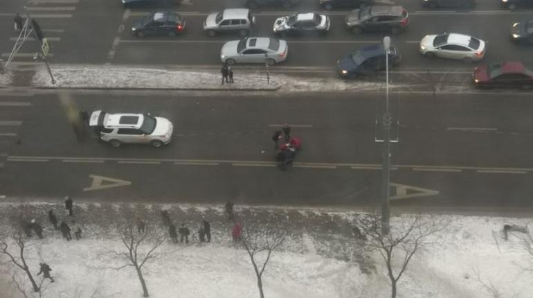 Выяснилось, что автоледи на Ленинском проспекте, 67 сбила 4 человек. 16 декабря в Петербурге потерпевшие шли по пешеходному переходу, когда внезапно на них вылетела машина. Оказалось, что в ДТП также пострадал еще один ребенок – 6-летняя девочка. Об этом корреспонденту «Мойки78» сообщили в УГИБДД ГУ МВД России по Петербургу и Ленобласти.
