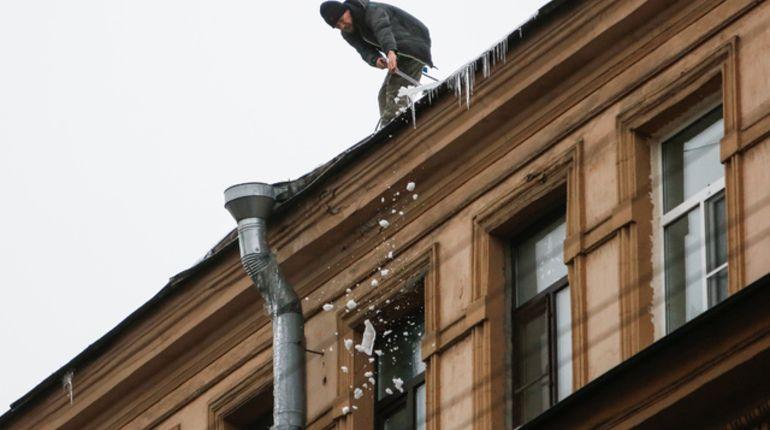 Сосульки на петербургских крышах атакуют лопатой и крюком