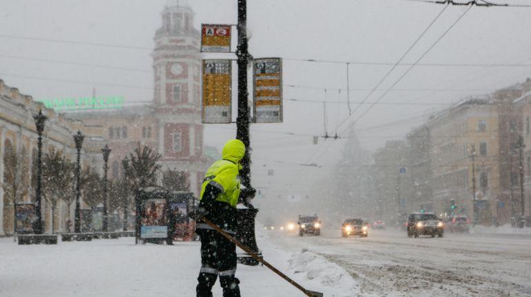 На борьбу со снегопадом в Петербурге вышли 7 тысяч дворников
