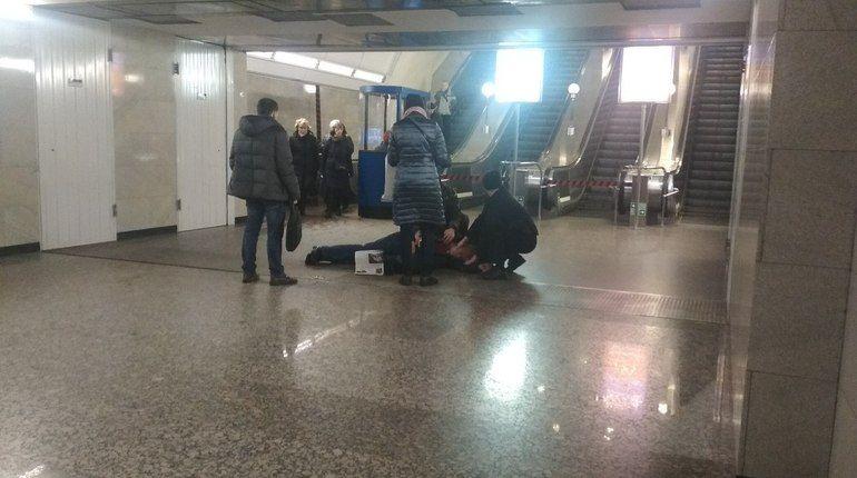 На «Бухарестской» у эскалаторов умер пассажир
