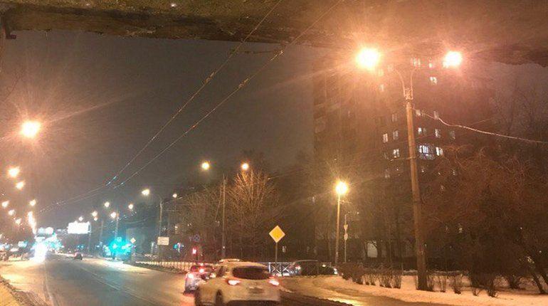 На Ланском шоссе отколовшийся от моста кусок бетона чудом не убил автоледи