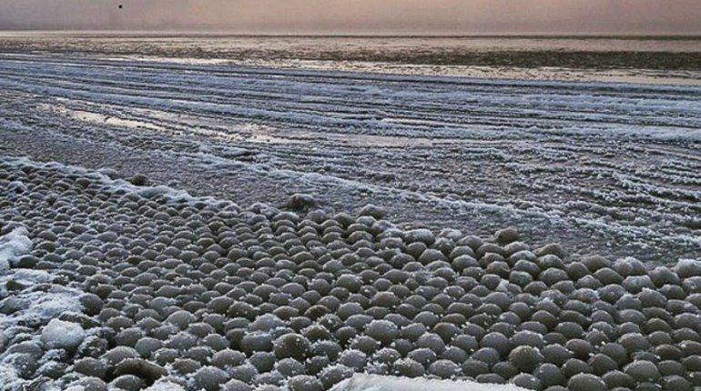 НаФинском заливе уберега появилось большое количество ледяных шариков