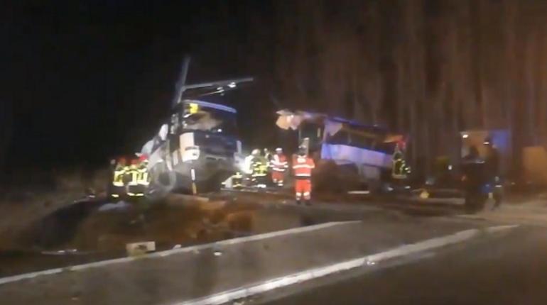 Три человека погибли при столкновении поезда ишкольного автобуса наюге Франции