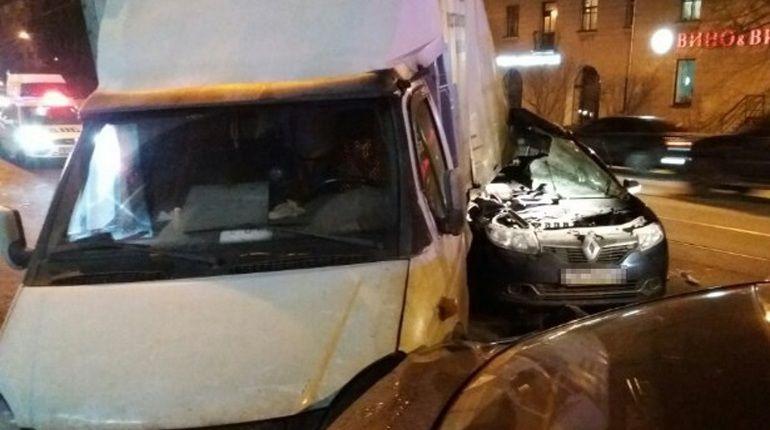 Серьезная авария сучастием грузового автомобиля произошла наЗСД