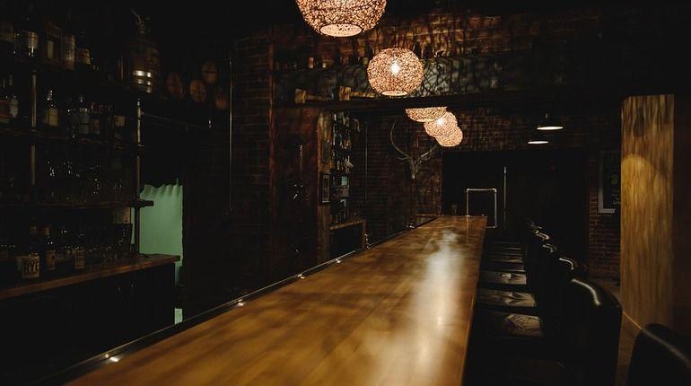 Неизвестные обчистили кафе в Гатчине с барменом-египтянином