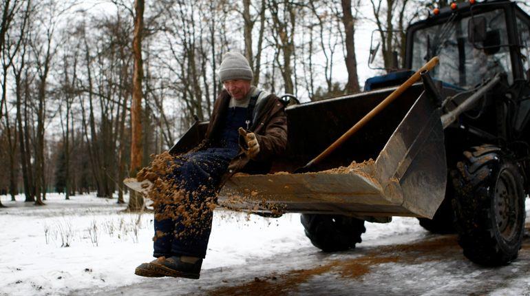 Уборка петербургских дворов идет своим чередом. В целом коммунальщики справляются, но ряд проблем все равно остается.