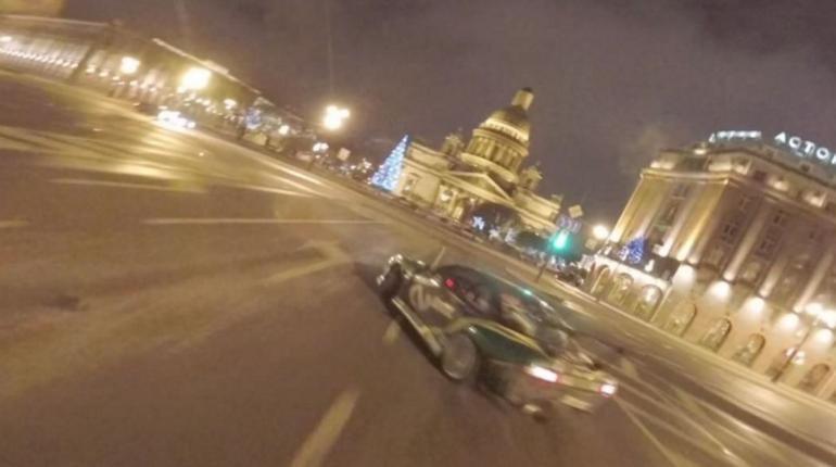 Гонщик устроил дерзкий дрифт в центре Петербурга и похвастался в Instagram