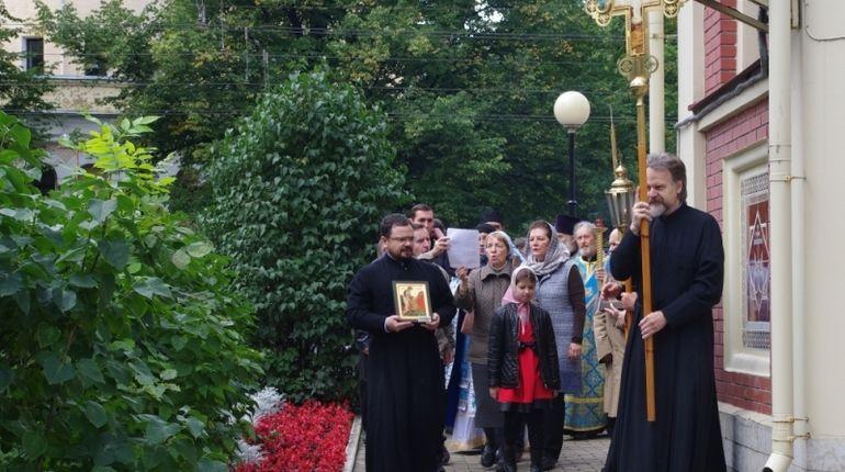 Пожарные Петербурга прошли крестным ходом