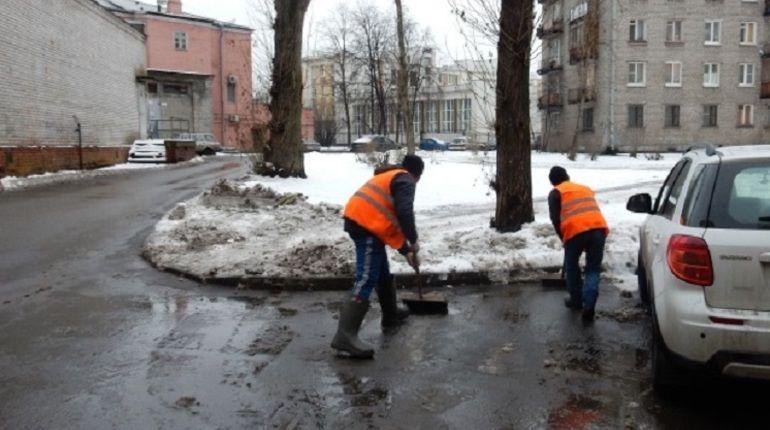Дворы Петербурга от снега чистит почти 7 тыс. дворников