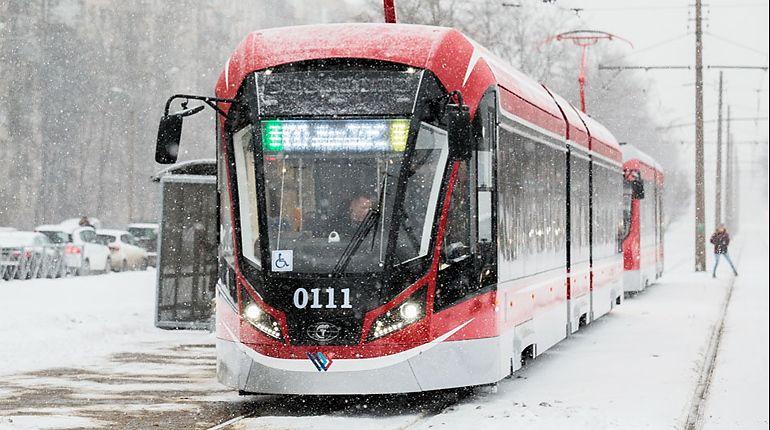 Новые трамваи приближаются к вагонам метро