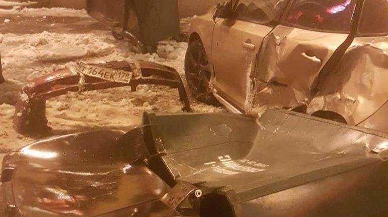 Иномарка поиграла в «боулинг» с припаркованными авто в центре Петербурга