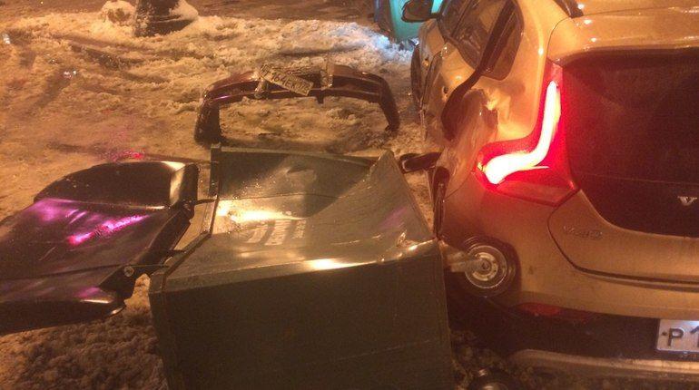 Лихач на бордовом Hyundai Accent протаранил две иномарки и перевернул мусорные баки. Авария произошла около 2 часов ночи 21 декабря на Большой Морской улице.