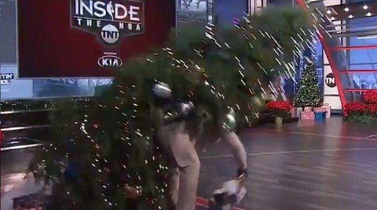 Шакил О'Нил уронил на себя рождественскую елку
