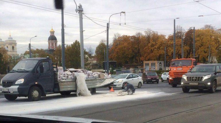 На мосту Александра Невского грузовичок потерял мешки с цементом