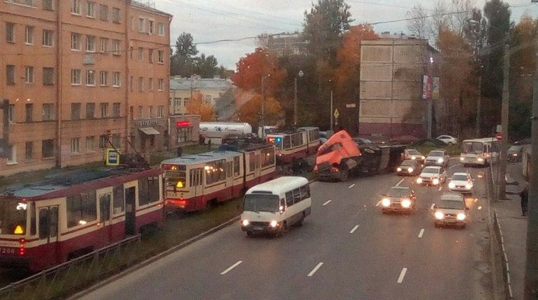 Фура с металлом устроила «жесть» на улице Бабушкина