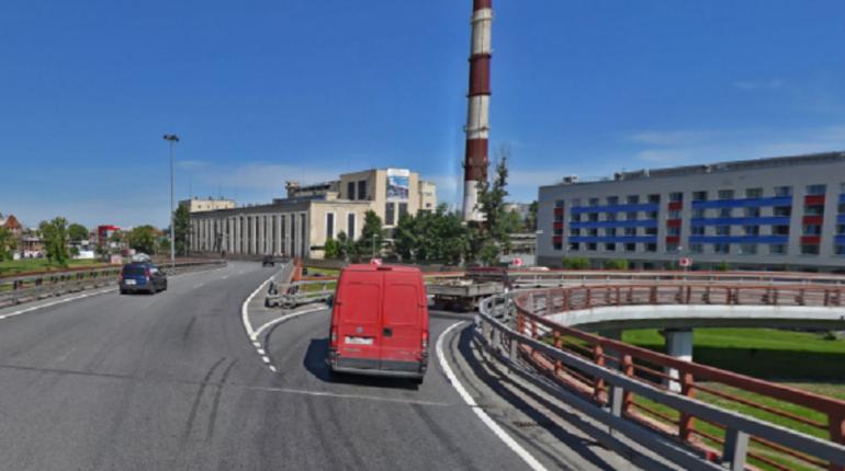 На развязке КАД на пересечении с проспектом Обуховской Обороны с сегодняшнего дня закрывается съезд в сторону станции метро