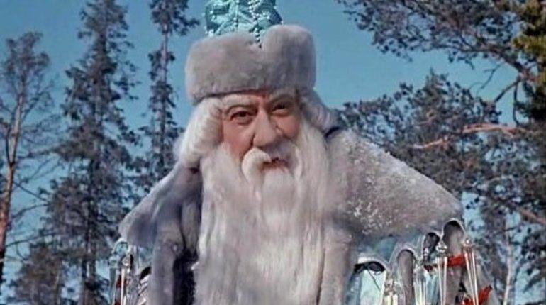 Комитету по культуре предложили переодеть петербургских Дедов Морозов в сине-бело-голубое. Именно такой цвет изначально носили