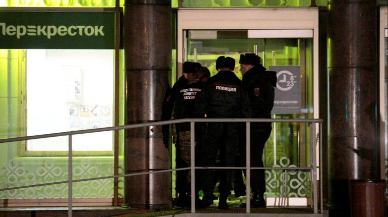 Следователи и криминалисты центрального аппарата Следственного комитета РФ направлены из Москвы в Санкт-Петербург для оказания помощи в расследовании дела о взрыве в супермаркете на Кондратьевском проспекте.