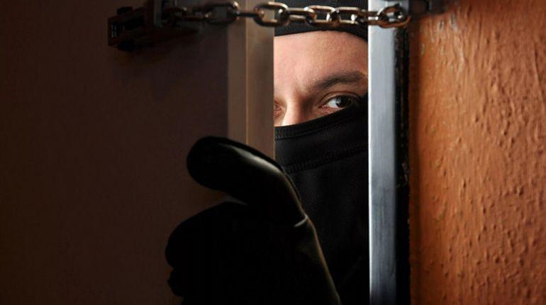 В Ломоносове неизвестный в маске ограбил салон МТС